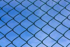 Metaal netto met blauwe hemel Stock Afbeeldingen