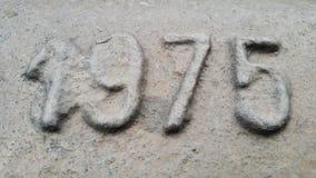 Metaal nummer 1975 Textuur van roestig metaal in de vorm van cijfers 1975 Stock Afbeelding