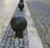Metaal om barrière in steenstraat Stock Afbeeldingen