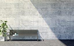 Metaal openluchtbank met decoratieve installaties op heldere concrete muurachtergrond, openluchtbuitenkant Royalty-vrije Stock Fotografie