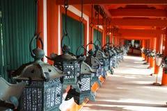 Metaal oude lantaarn in heiligdommen Royalty-vrije Stock Foto's