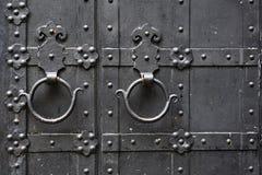 Metaal roestig rond handvat op zwarte houten deur Stock Foto's