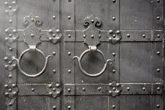 Metaal roestig rond handvat op zwarte houten deur Royalty-vrije Stock Fotografie