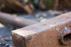 Metaal roestige hamer op houten Stock Fotografie