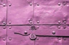Metaal roze oppervlakte van oude gehamerde metaalplaten met klinknagels en architecturale details op hen Stock Fotografie
