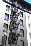 metaal treden die onderaan de moderne baksteenbouw leiden Stock Fotografie