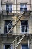 metaal treden die onderaan de moderne baksteenbouw leiden Stock Afbeeldingen