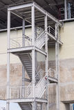 metaal treden die onderaan de moderne baksteenbouw leiden Royalty-vrije Stock Foto
