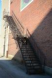 metaal treden die onderaan de moderne baksteenbouw leiden Stock Afbeelding