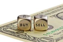 Metaal twee dobbelt met woorden koopt en verkoopt op één-dollar rekeningsisola Royalty-vrije Stock Afbeelding