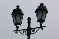 Metaal zwarte lantaarnmiddag tegen een grijze hemel Royalty-vrije Stock Fotografie