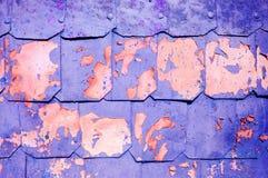 Metaalachtergrond met gehamerde die metaalplaten met klinknagels op de metaaloppervlakte met schilverf wordt behandeld Stock Foto