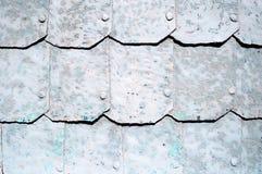Metaalachtergrond met gehamerde metaalplaten met klinknagels op de metaaloppervlakte met grijze schilverf Stock Afbeelding