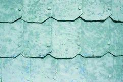 Metaalachtergrond met gehamerde metaalplaten met klinknagels op de metaaloppervlakte met schilverf Royalty-vrije Stock Afbeelding