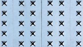 Metaalachtergrond van licht geperforeerd staal X-vormige gaten in het ijzerblad royalty-vrije stock foto