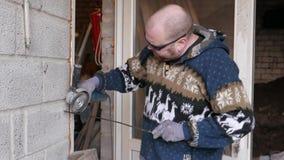 Metaalarbeider het malen, volwassen mens gebruikend molen om aan stuk van metaal in workshop te werken 4k UHD stock video