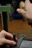 Metaalarbeider met het in reliëf maken van hulpmiddel Stock Foto's