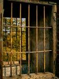 Metaalbars in het oude venster stock foto's