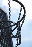 Metaalbasketbalhoepel op een openluchtstadion en de blauwe hemel o Stock Afbeelding