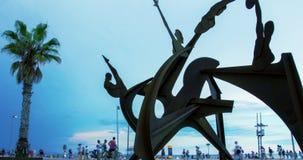 Metaalbeeldhouwwerk op strand in Barcelona Timelapse van kunstwerk bij het strand van Barcelona stock footage