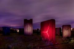 Metaalbeeldhouwwerken op de nacht Stock Foto's