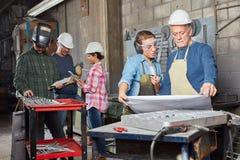 Metaalbewerkende arbeiders planning Stock Fotografie