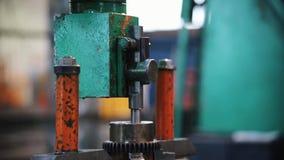 Metaalbewerkende machine De het draaien staaf gaat uit en verslaat binnen scherpt dan het materiaal De camera volgt de staafbeweg stock footage