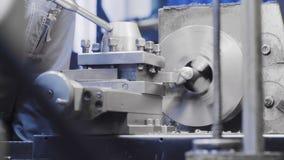 Metaalbewerkende malenmachine De scherpe technologie van de metaal moderne verwerking draaibank stock videobeelden
