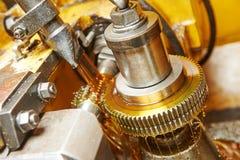 Metaalbewerking: tandwiel het machinaal bewerken royalty-vrije stock afbeelding