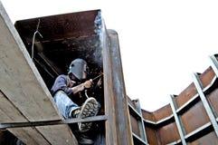 Metaalbewerkingsbouw van grote buizen met arbeiders die lassenmachine werken Royalty-vrije Stock Fotografie