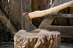 Metaalbijl in Logboek Stock Foto