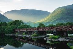 Metaalbrug onder Schots Hooglandenlandschap, Schotland, het UK royalty-vrije stock afbeeldingen