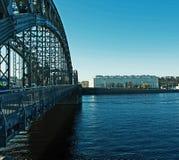 Metaalbrug over de rivier stock foto's