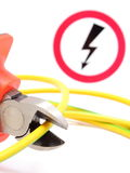Metaalbuigtang, het groene gele kabel en teken van het hoogspanningsgevaar Stock Afbeelding