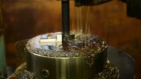 Metaalcnc de machinewiel van de malensnijder met olie stock video