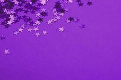 Metaalconfettien op feestelijke ultraviolette achtergrond royalty-vrije stock afbeeldingen