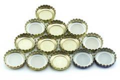 Metaaldekking van glasflessen Decoratieve bierkappen op witte achtergrond royalty-vrije stock afbeeldingen