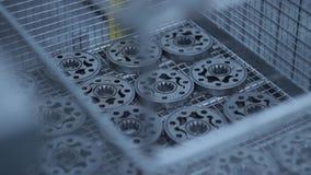 Metaaldelen die bij fabriek vervaardigen Partij flenzen bij productietransportband stock video