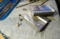 Metaaldetails op de lijst van het locksmith'swerk Stock Foto's