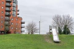Metaaldia bij een speelplaats van kinderen van moderne woonwijk stock afbeelding
