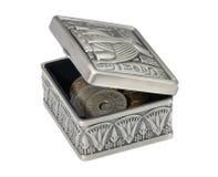 Metaaldoos in de Egyptische stijl met muntstukken royalty-vrije stock foto