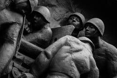 Metaalgedenkteken aan de helden van Wereldoorlog II royalty-vrije stock foto's