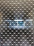 Metaalgrating bij de ingang aan de yard stock fotografie