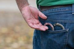 Metaalhandcuffs in achterjeanszak royalty-vrije stock foto's