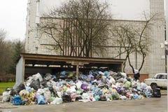 Metaalhangaar en vuilnisbakken van grote hoop binnenlandse geep die wordt behandeld Stock Foto's