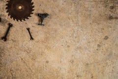 Metaalhulpmiddelen, de kraan van het zaagblad en de gelegde vlakte van boorbeetjes op concre Stock Foto's