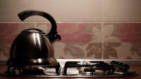 Metaalketel die die met stoom koken van spuiten wordt uitgezonden Mens die warm water voor thee maken stock footage