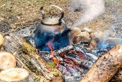 Metaalketel die op de brand koken Stock Afbeelding