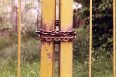 Metaalketting op de poort uitstekend retro oud concept Royalty-vrije Stock Fotografie