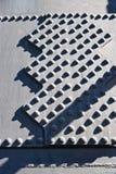 Metaalklinknagels op de ijzerachtergrond - industrieel patroon - staalfabrieken stock foto's
